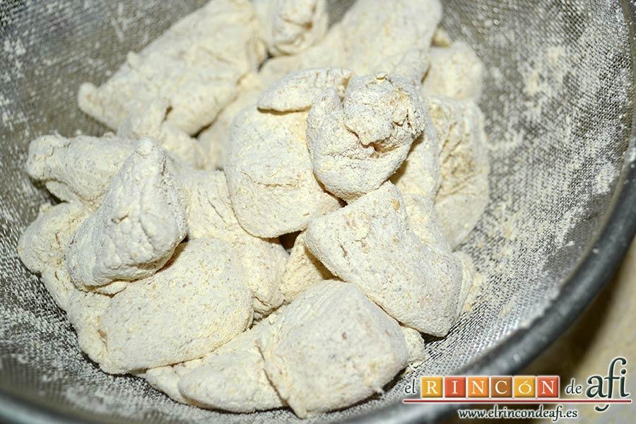 Pollo al limón, sacarles el exceso de harina con un colador