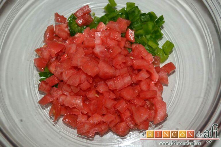 Pipirrana de Jaén, pelar los tomates y pimientos y cortarlos muy pequeños