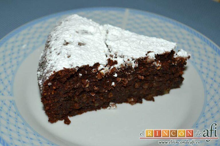 Tarta Caprese o Torta Caprese, cortar en porciones para servir