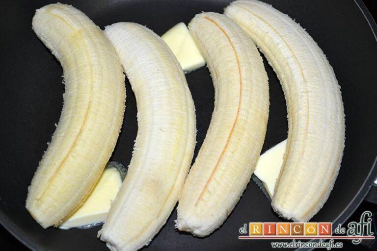 Canutillos de plátano, poner los plátanos maduros en una sartén con mantequilla