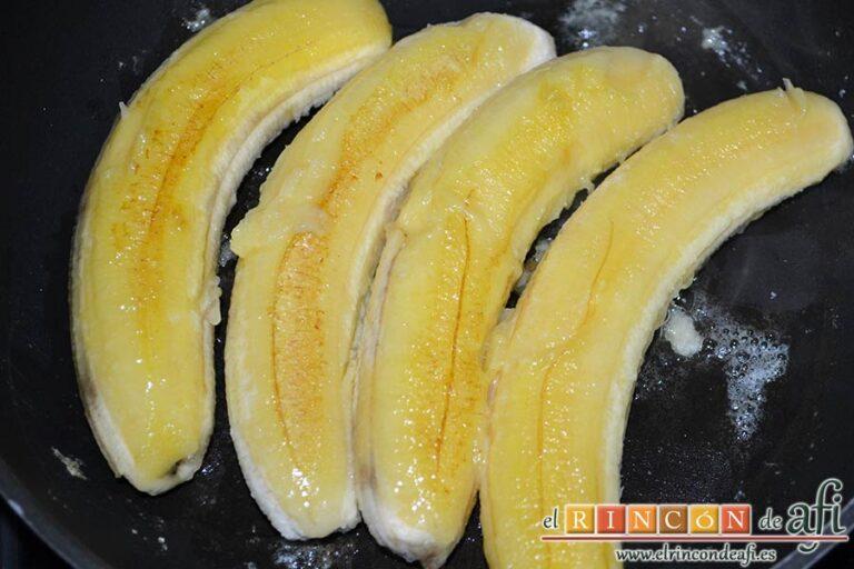 Canutillos de plátano, darles la vuelta para dorarlos por el otro lado