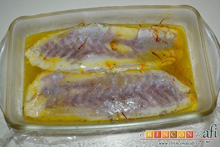Corvina al azafrán, dejar refrigerar unas horas y darle la vuelta al pescado