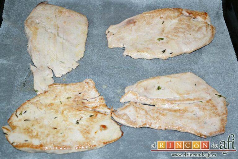 Filetes de atún rojo gratinados con mayonesa de pimientos del piquillo, poner los filetes sobre una bandeja de horno preparada