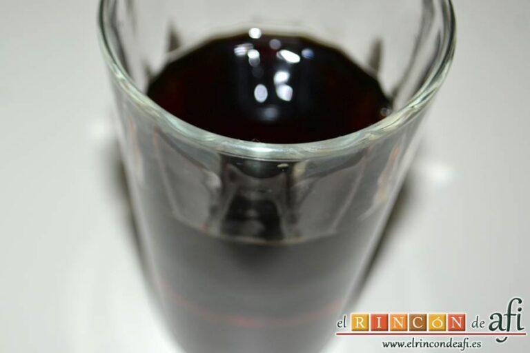 Fricandó al vermut, preparar el vaso de vermut rojo