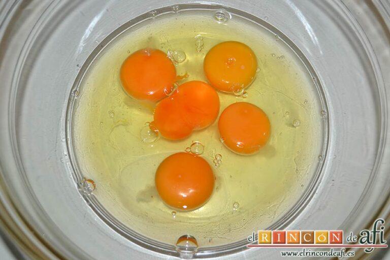 Tarta de almendras, poner los huevos en un bol