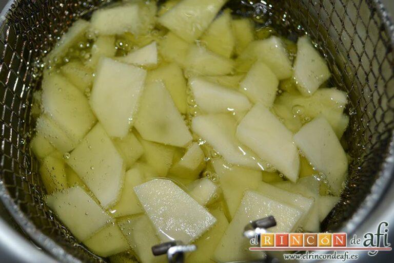 Tortilla a la carbonara, cortar y pelar las papas y freírlas